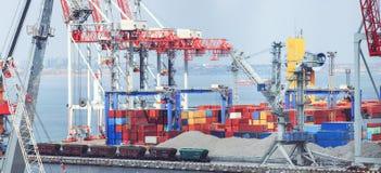 Anhebende Frachtkr?ne, Schiffe und Korntrockner im Seehafen stockfoto