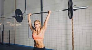 Anhebende Gewichte Crossfit-Frau Lizenzfreie Stockfotografie