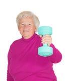 Anhebende Gewichte der älteren Frau stockfoto