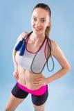 Anhebende Gewichte der attraktiven Frau und Lächeln an der Kamera Stockbilder