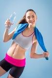 Anhebende Gewichte der attraktiven Frau und Lächeln an der Kamera Stockfotografie