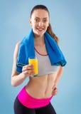 Anhebende Gewichte der attraktiven Frau und Lächeln an der Kamera Lizenzfreies Stockfoto