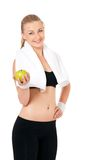 Anhebende Gewichte der attraktiven Frau und Lächeln an der Kamera Stockbild