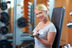 Anhebende Gewichte der Frau Stockfotografie