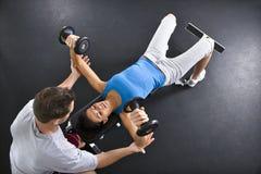 Anhebende Gewichte der Frau lizenzfreies stockbild