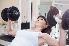 Anhebende Gewichte der Frau Lizenzfreies Stockfoto