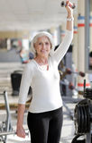 Anhebende Gewichte der geeigneten älteren Frau lizenzfreie stockfotografie