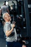 anhebende Gewichte des älteren Sportlers lizenzfreie stockbilder