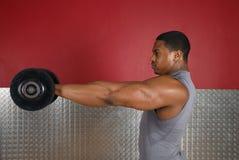 Anhebende Gewichte des Afroamerikaners Lizenzfreie Stockfotografie