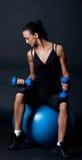 Anhebende Gewichte des Athleten in der dunklen Gymnastik Lizenzfreie Stockfotografie