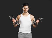 Anhebende Gewichte des athletischen Mannes Stockfotografie