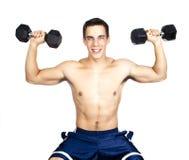 Anhebende Gewichte des jungen Mannes Lizenzfreie Stockbilder