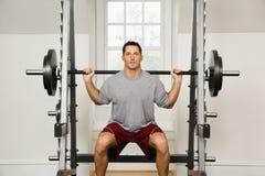Anhebende Gewichte des Mannes Stockbild