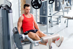 Anhebende Gewichte des Mannes mit einer Fahrwerkbeinpresse auf Sportgymnastik Stockfoto