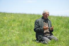 Anhebende Hände des Mannes im Gebet Lizenzfreies Stockbild