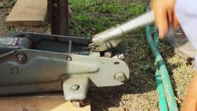 Anhebende konkrete Teile mit einem Hydraulik-Wagenheber stock video