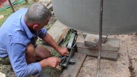 Anhebende konkrete Teile mit einem kleinen Hydraulik-Wagenheber stock footage
