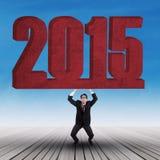 Anhebende Zahl 2015 des starken Geschäftsmannes Lizenzfreies Stockfoto