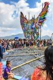 Anhebender Drachen, riesiges Drachenfestival, der Allerheiligen, Guatemala Lizenzfreies Stockbild