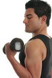 Anhebender Gewichtsbodybuilder des Mannes lizenzfreie stockfotografie