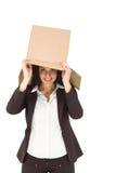 Anhebender Kasten der Geschäftsfrau weg vom Kopf Stockfoto