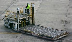 Anhebender LKW des Flughafengepäckes stockbild