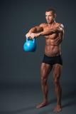 Anhebendes Gewicht des jungen Bodybuilders Lizenzfreie Stockbilder