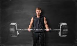 Anhebendes Hand gezeichnetes Gewicht des jungen Mannes mit Muskeln auf dem Hintergrund der Tafel lizenzfreie stockfotografie