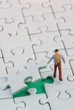 Anhebendes Puzzlespielstück Lizenzfreie Stockfotos