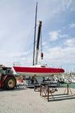 Anhebendes Segelnboot im Wasser Lizenzfreie Stockfotografie