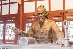 ANHUI KINA - November 19 2015: Hua Tuo Statue på den Huazu templet en fa Fotografering för Bildbyråer