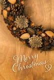 Ani de las almendras de los conos del pino de la decoración de la guirnalda del mensaje de la Feliz Navidad Imagen de archivo libre de regalías