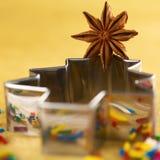 Anice di stella sulla taglierina del biscotto dell'albero di Natale Fotografie Stock Libere da Diritti