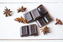 Anice e cioccolato nero sulla tavola Fotografie Stock