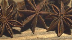 Anice stellato su una tavola di legno 4K video d archivio