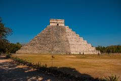 Anicent Maya mayan pyramid El Castillo Kukulkan in Chichen-Itza, Mexico royalty free stock photos