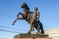在Anichkov桥梁的马Tamers 免版税库存照片