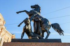 在Anichkov桥梁的马Tamers 免版税库存图片