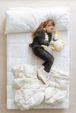 Anielski ładny dziecko odpoczywa w jej łóżku Obrazy Royalty Free