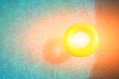 Anillo amarillo en piscina, visión superior de la nadada Imagen de archivo libre de regalías