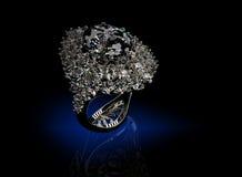 Anillo con el diamante Fondo negro de la joyería de la tela del oro y de la plata Día de tarjeta del día de San Valentín Fotografía de archivo libre de regalías