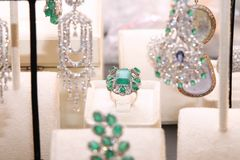 Anillo costoso magnífico con las esmeraldas y los diamantes Imágenes de archivo libres de regalías