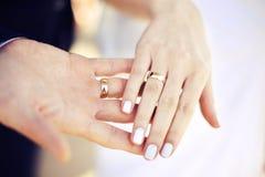 Anillo de bodas ceremonia en las manos foto de archivo libre de regalías