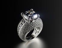 Anillo de bodas con el diamante Fondo negro de la joyería de la tela del oro y de la plata Imagen de archivo libre de regalías