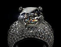 Anillo de bodas con el diamante Fondo negro de la joyería de la tela del oro y de la plata Imágenes de archivo libres de regalías