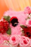 Anillo de bodas con la decoración rosada fotos de archivo
