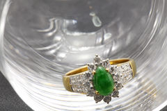 Anillo de bodas de diamante del jade Foto de archivo