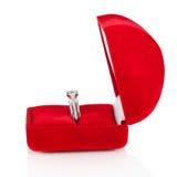 Anillo de bodas de lujo de diamante en rectángulo rojo de la seda del terciopelo Fotografía de archivo libre de regalías