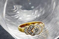 Anillo de bodas de lujo de diamante en vidrio Imágenes de archivo libres de regalías