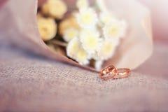 Anillo de bodas el detalle en fondo de la textura imagen de archivo libre de regalías